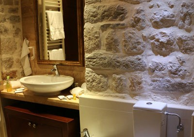 2-deluxe-rooms-with-sharing-bathroom-102