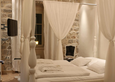 2-deluxe-rooms-with-sharing-bathroom-1023
